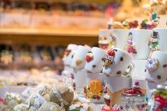 被卖在11月的17日锡比乌圣诞节市场上的纪念品杯子 免版税库存图片