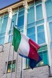 被卷扬的意大利旗子 免版税库存照片