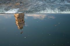 被反射的塔在黑暗的水中 免版税图库摄影