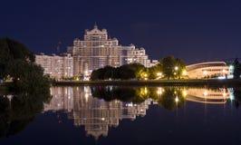 被反射的夜大厦 免版税图库摄影