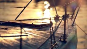 从被反射的游艇和太阳的鼻子的日落视图 股票录像