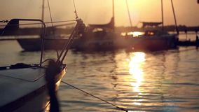 从被反射的游艇和太阳的鼻子的日落视图 影视素材