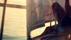 从被反射的游艇和太阳的鼻子的日落视图 股票视频