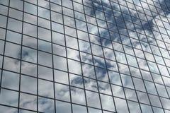 被反射的背景云彩 库存照片
