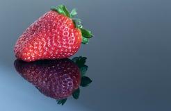 被反射的草莓 免版税库存照片