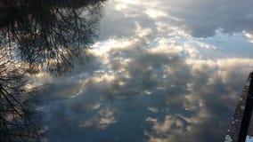 被反映的天空和云彩在湖 免版税图库摄影