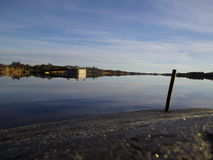 被反映的天空在水中 免版税库存照片