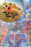 被反映的迪斯科球有五颜六色的背景 免版税库存图片