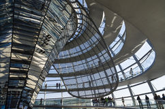 被反映的锥体和Reichstag圆顶achitectural细节  图库摄影