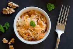 被发酵的圆白菜和红萝卜在一个碗在黑暗的背景 库存图片