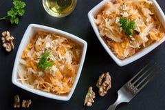 被发酵的圆白菜和红萝卜在两个方形的碗 库存图片
