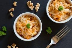 被发酵的圆白菜和红萝卜在两个碗 免版税图库摄影