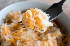 被发酵的圆白菜和红萝卜在叉子 免版税库存照片