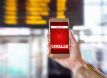 被取消的飞行 智能手机应用宣布飞机的坏消息对旅游罢工或问题 库存照片
