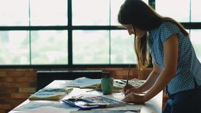 被启发的艺术家工作妇女创造绘的演播室 股票视频