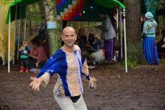 被启迪的人跳舞在森林里 免版税库存照片