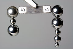 被吸引的滚珠轴承磁铁钢 免版税库存照片