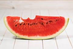 被咬住的切片在白色背景的西瓜 免版税库存图片