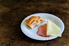 被咬住的小圆面包用火腿和乳酪 免版税库存照片