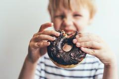 被咬住的巧克力多福饼 免版税库存照片