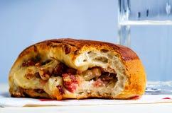 被咬住的那不勒斯的三明治用烟肉片乳酪 免版税库存图片