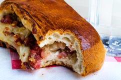 被咬住的那不勒斯的三明治用烟肉片乳酪 库存图片