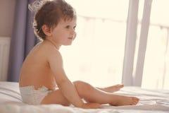 被唤醒的小孩坐床 库存照片