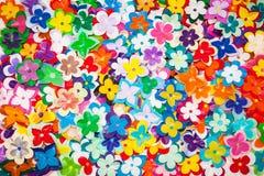 被回收的塑料花抽象纹理。 库存图片