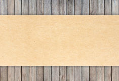 被回收的纸在木背景 免版税库存图片