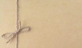 被回收的纸板板料与绳索的背景的 免版税库存图片