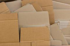 被回收的纸板被铺平的和被安排的堆 库存图片