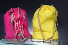 从被回收的黑森州的大袋做的背包 免版税库存图片