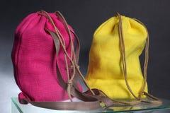 从被回收的黑森州的大袋做的购物背包 图库摄影
