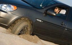被困住的汽车沙子 免版税库存图片