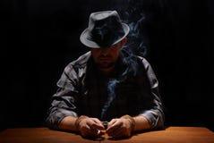 被困住的gansgter抽烟 免版税库存照片