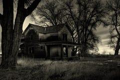 被困扰的房子黑白照片 免版税库存照片