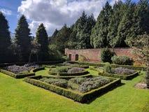 被围住的庭院分配为花坛的区域 免版税库存图片