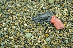 被埋没的塑料枪 免版税库存图片