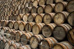 被堆的威士忌酒桶 库存照片