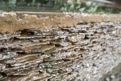 被堆的平的石头和自来水 库存照片