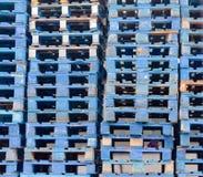 被堆的蓝色木欧洲货盘背景模式 库存图片