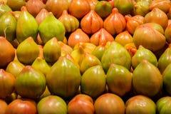 被堆的西班牙蕃茄、红色和绿色 免版税库存照片