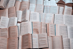被堆的许多老开放书  免版税图库摄影