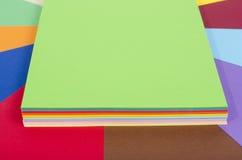 被堆的颜色纸 库存图片