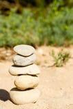 被堆积和被平衡的五块禅宗石头 免版税库存图片