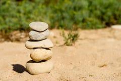被堆积和被平衡的五块禅宗石头 库存照片