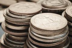 被堆积的不同的种类硬币 四分之一宏观细节 免版税库存照片
