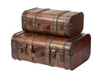 被堆积的两个古色古香的皮革手提箱 库存照片
