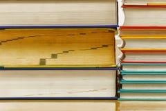 被堆积的书有各种各样的葡萄酒颜色 免版税库存图片