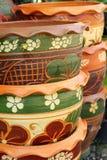 被堆积的五颜六色的盆的植物户外。 免版税图库摄影
